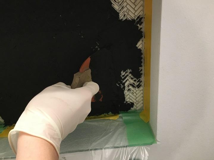 目地材を塗り広げる
