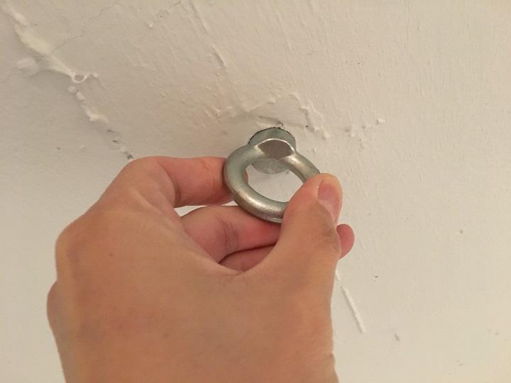 リビングの天井の穴跡にアイボルトを設置