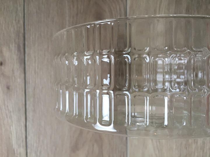 「モモ・ナチュラル」のガラスシェードの凹凸模様