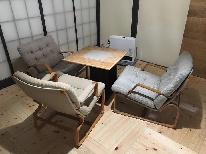 テーブルと三脚のイージーチェア