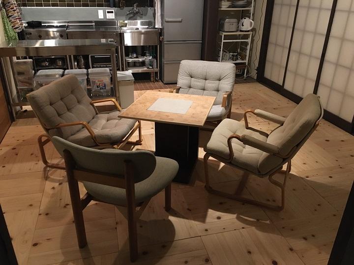 イージーチェアとならんだトヨさんの椅子