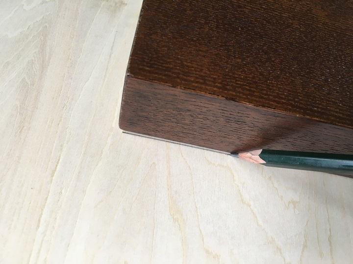 天板に鉛筆でテーブルの形を写す