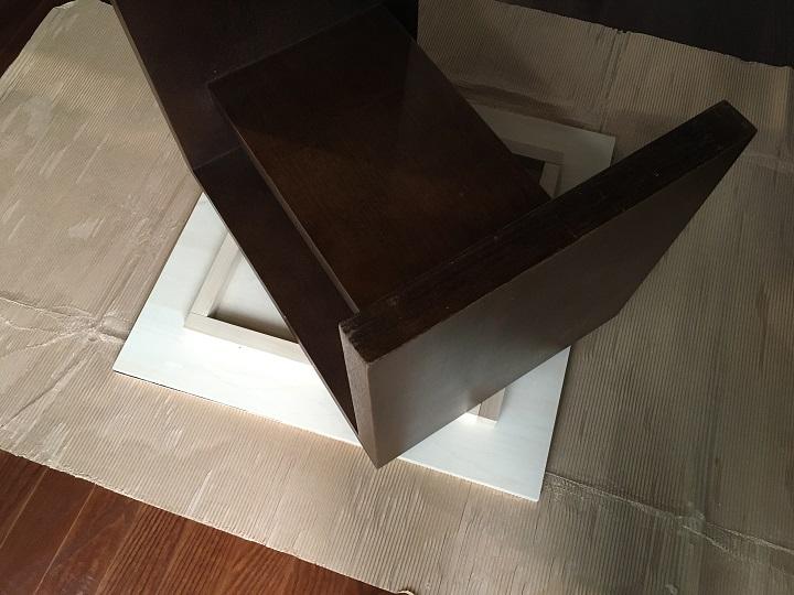 サイドテーブルを重し代わりに天板にのせて