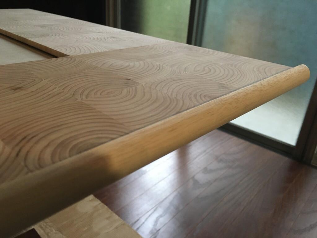 半円形の断面の木材を側面に仮置き