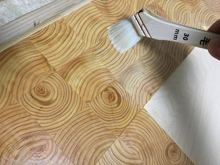 オスモカラーの「フロアクリアー」を天板に塗る