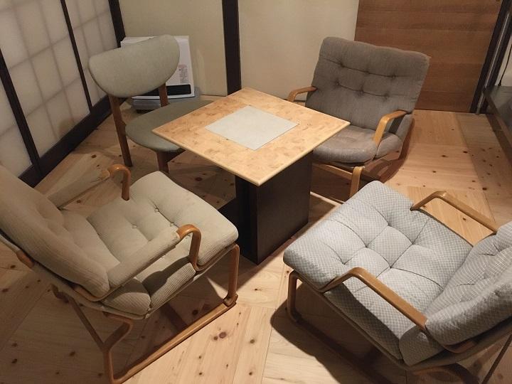 四脚のチェアに囲まれたテーブル