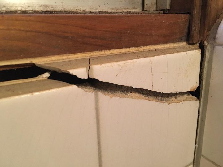 トイレの壁の割れ目