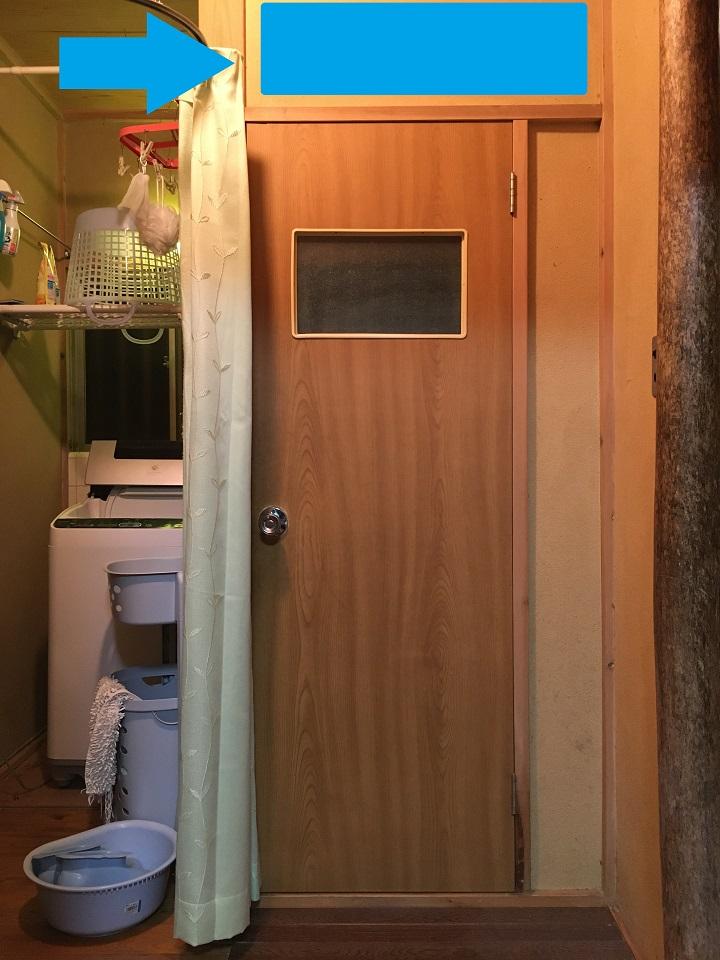 トイレのドアの上のエアコン設置位置