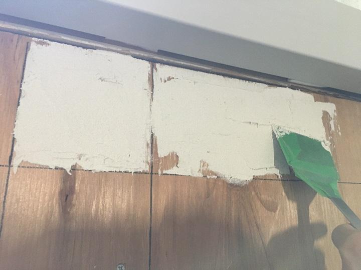 壁にボンドを塗る