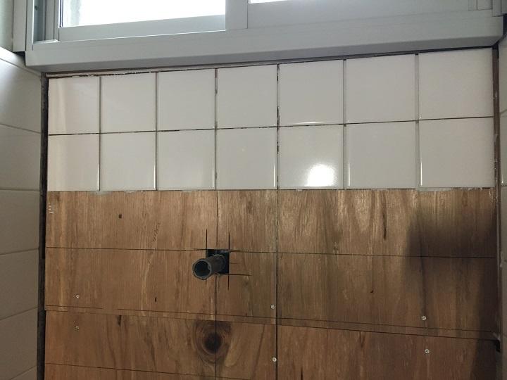 タイルを途中まで張った壁