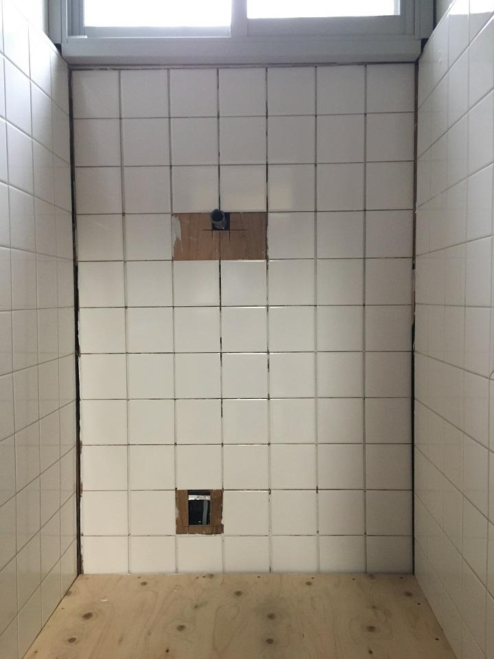 タイルを張り終えた壁