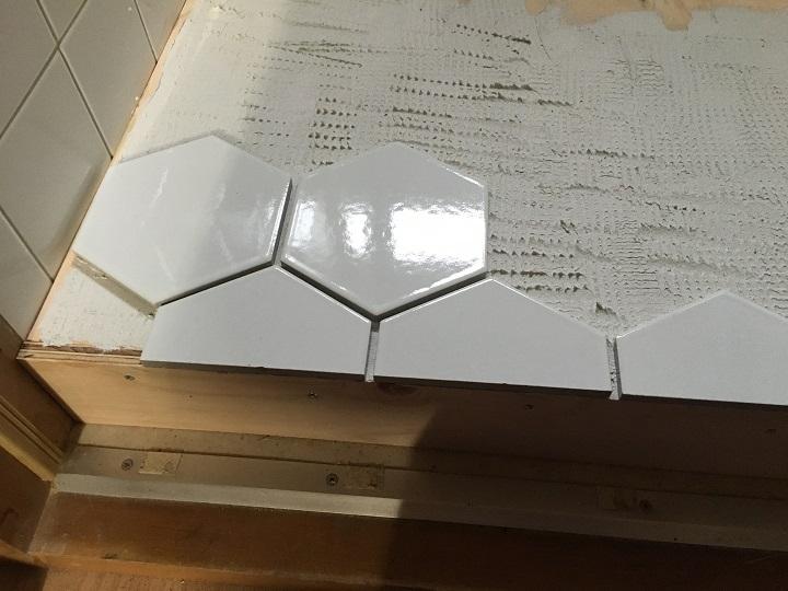 六角形タイルをボンドで張る