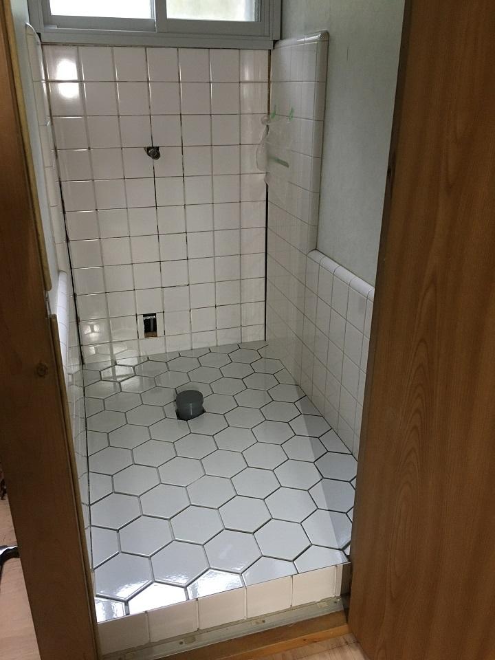 トイレ内のすべてのタイル張りが完了