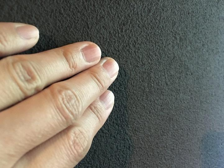 珪藻土塗料を塗った壁に触る