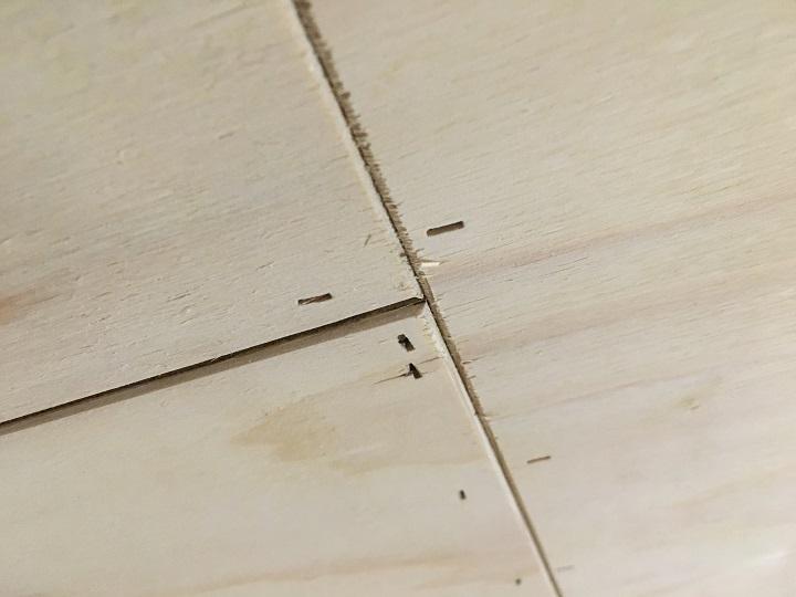 天井の釘跡