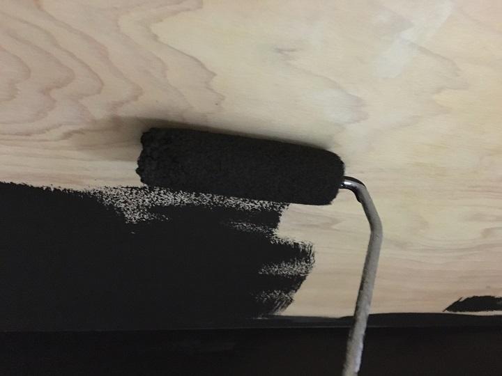 天井に珪藻土塗料を塗装