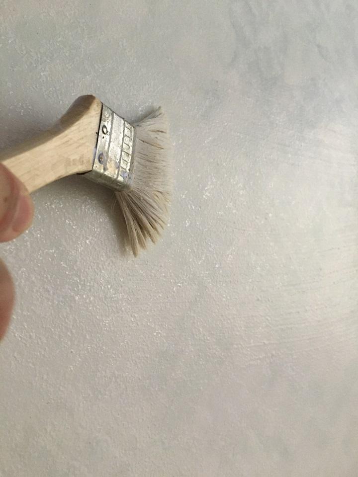 ビニール壁紙にシーラーを塗る