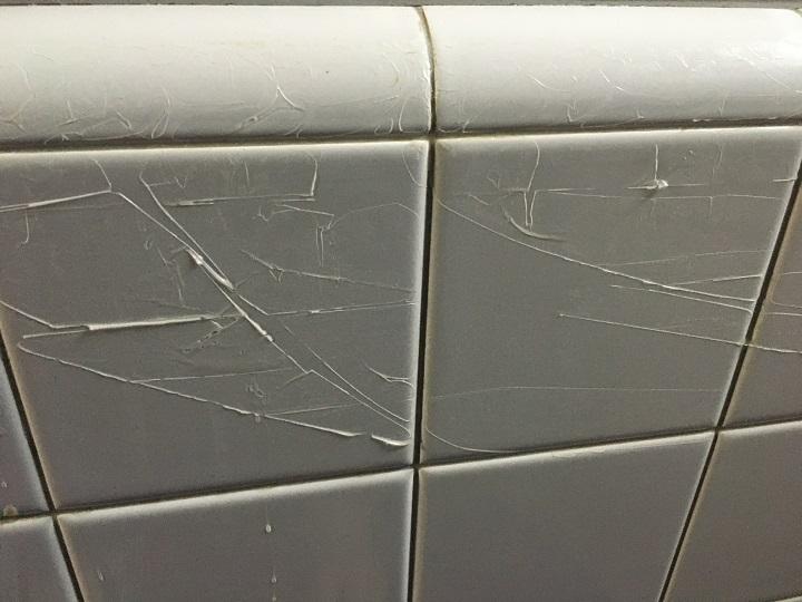 漏れて壁で固まったシーラー