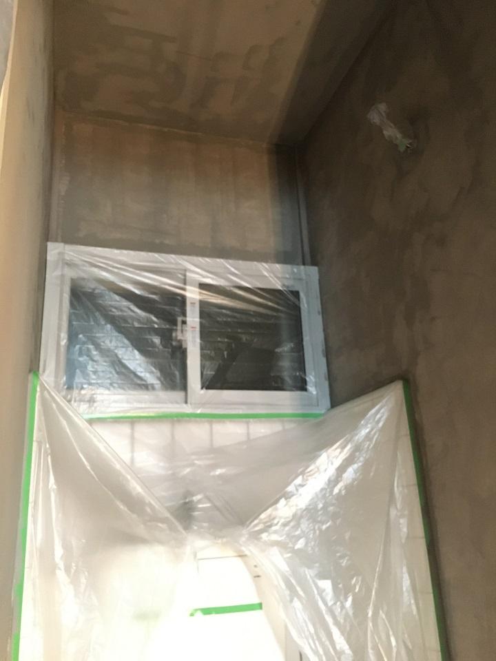 一度目の塗装完了後のトイレ内