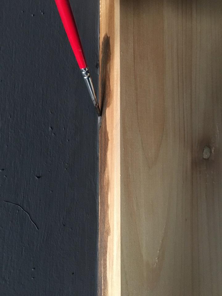 筆でステインを柱に塗る