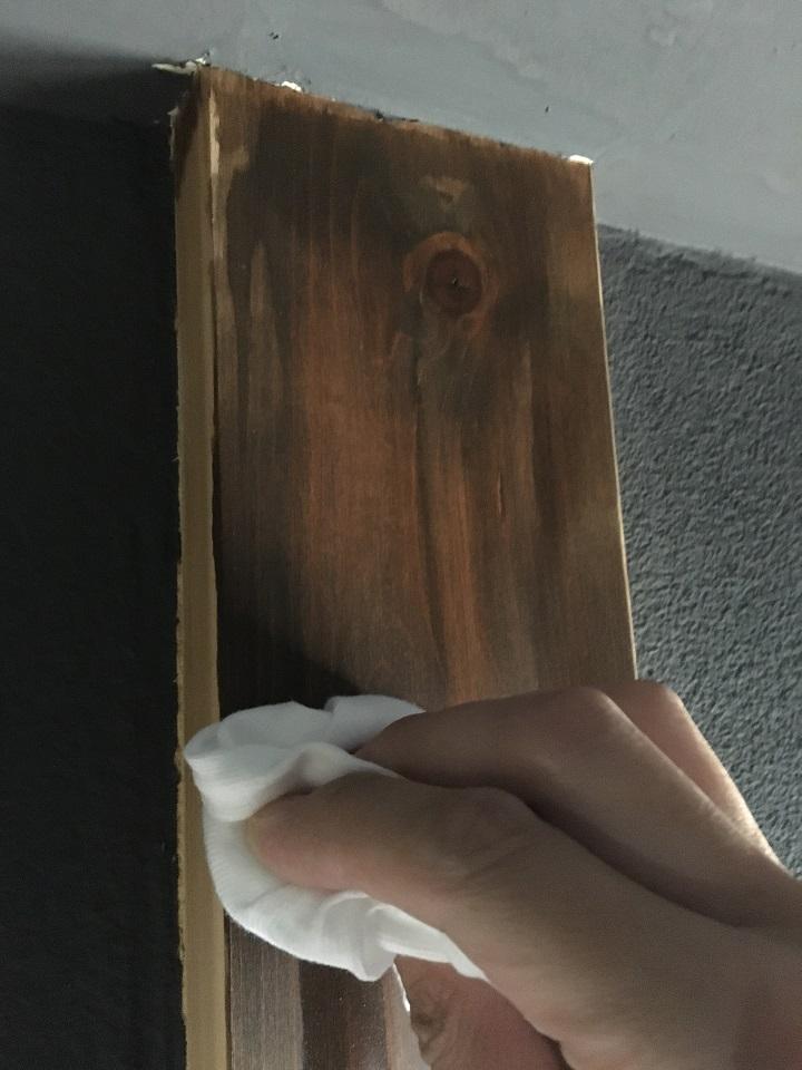 布で余分な塗料をふき取る