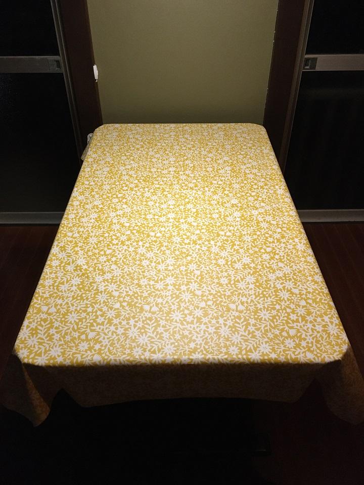 テーブルにかけたキリエコバナ