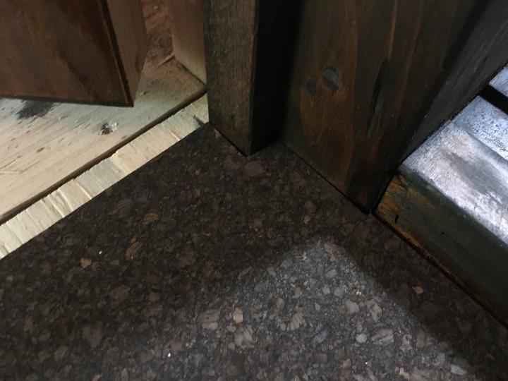 床にはまったコルクタイル