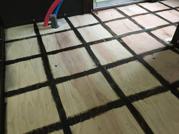 グリッド状に塗装した床