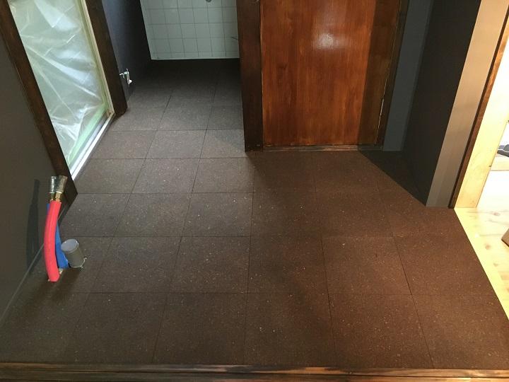 コルクタイル張りが完了した床